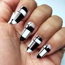 Uñas acrílicas negras con blanco