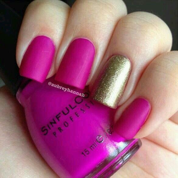 Decoración de uñas rosa con piedras
