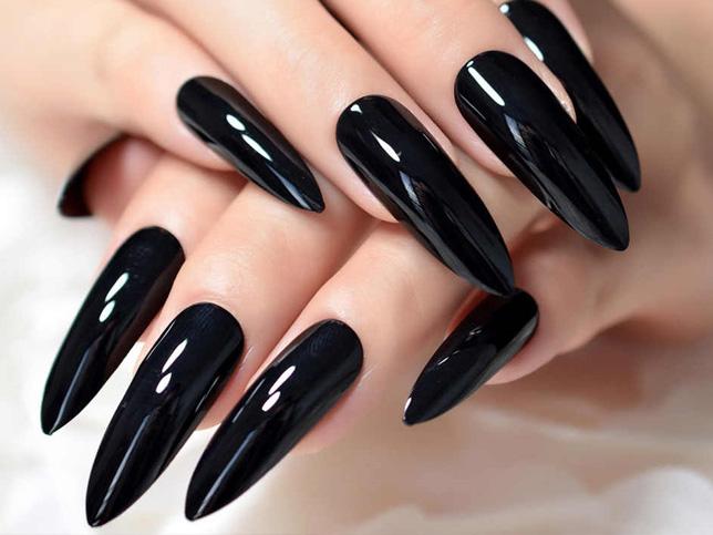 Uñas acrilicas negras con plateado picudas