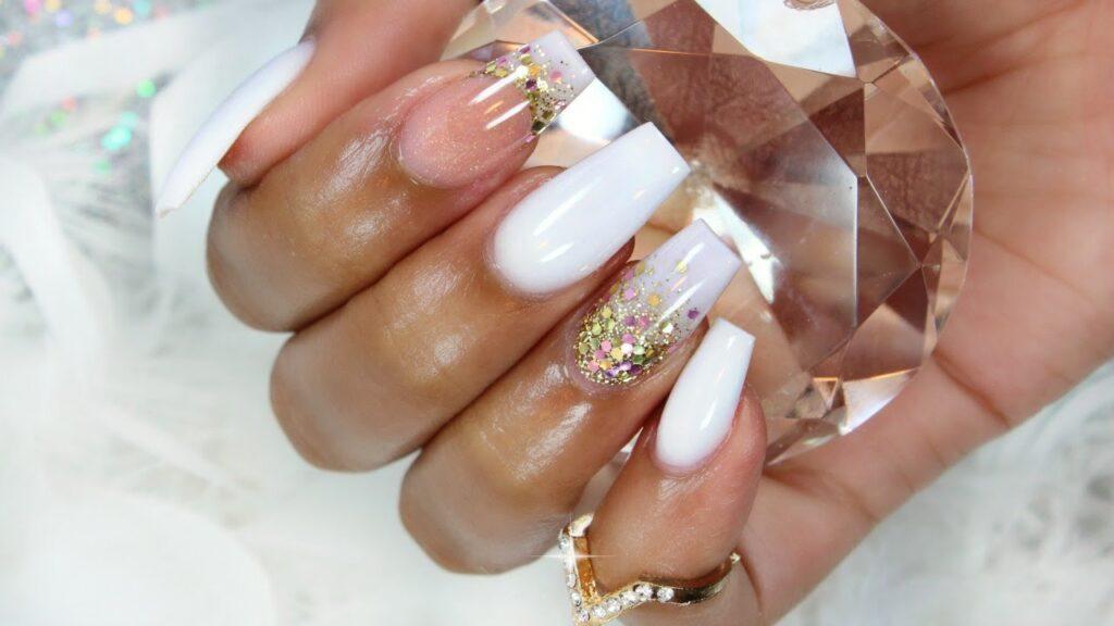 Short acrylics nails almond