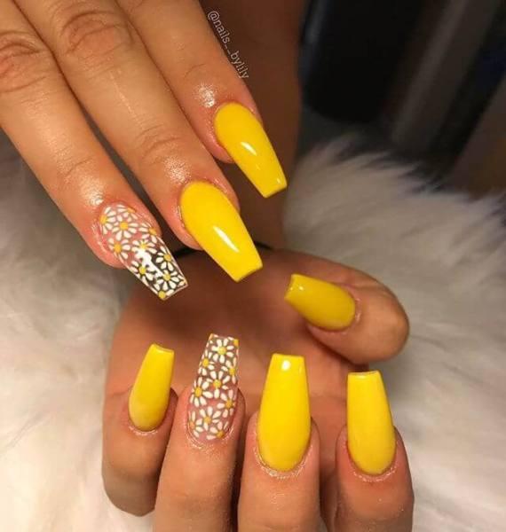 Uñas acrilicas amarillas pastel