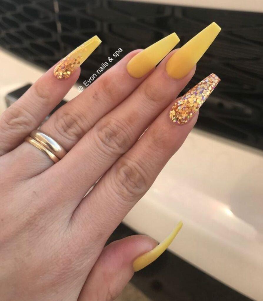 Uñas acrilicas amarillas neon