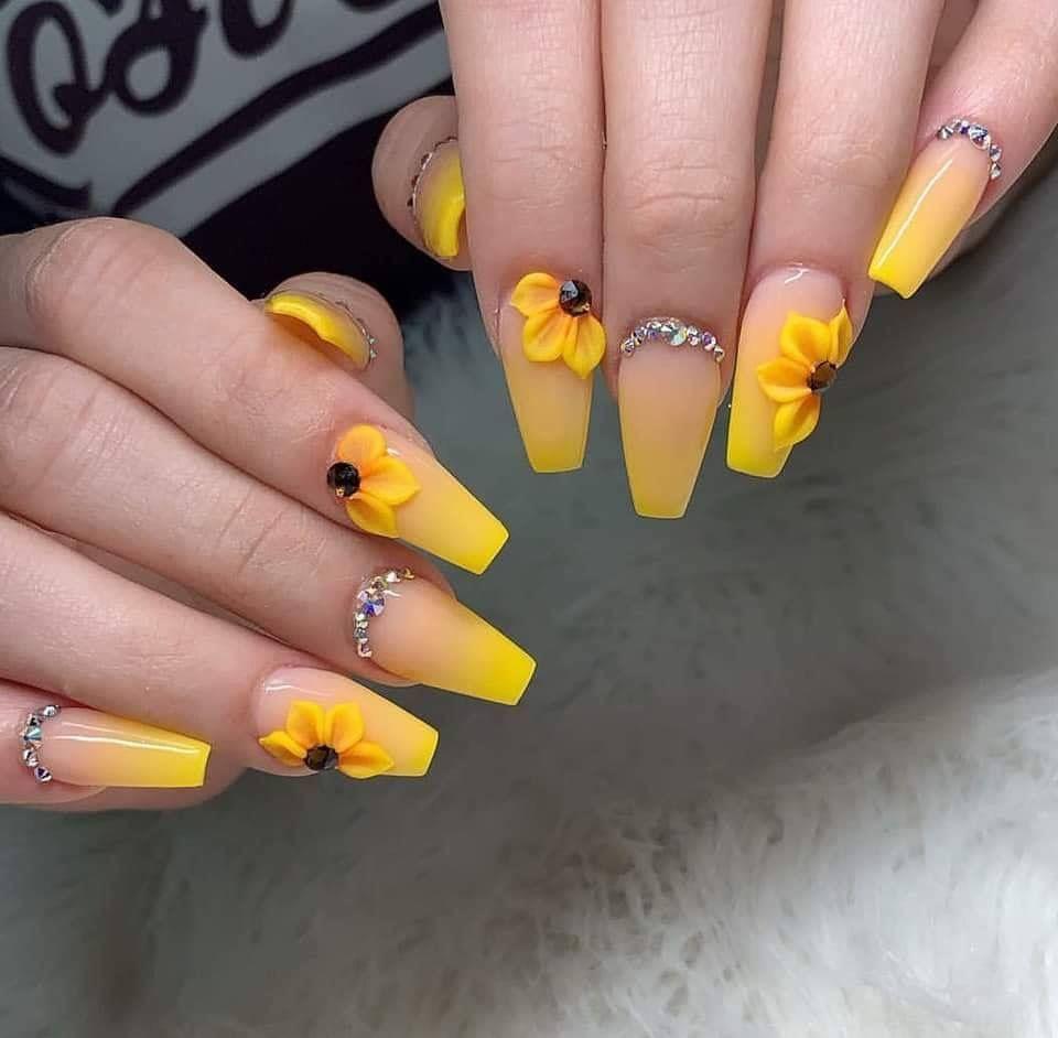 Uñas acrílicas amarillas mate