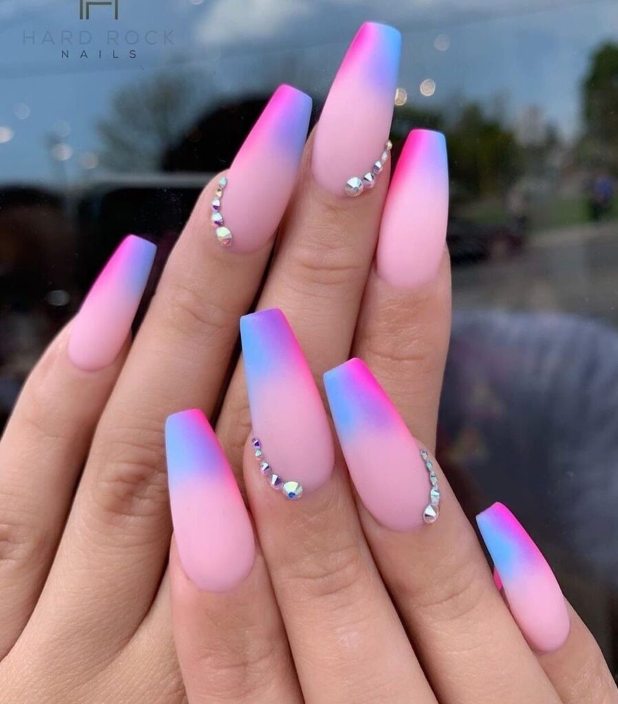 Uñas acrilicas rosa palo con piedras